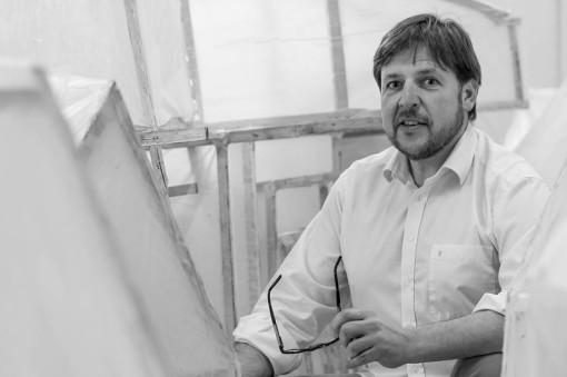 """Günther Schaefer inmitten seiner """"Herbergen"""", 2013 - Portrait von Dietmar Simsheuser"""