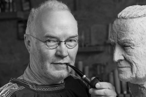 Rudolf P. Schneider in seinem Atelier mit Büste von Freiherr von Böselager, 2013 - Portrait von Dietmar Simsheuser