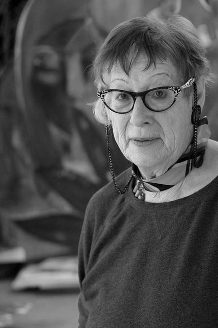 Dorle Schweiss Burgund in Ihrem Atelier, 2015 - Portrait von Dietmar Simsheuser