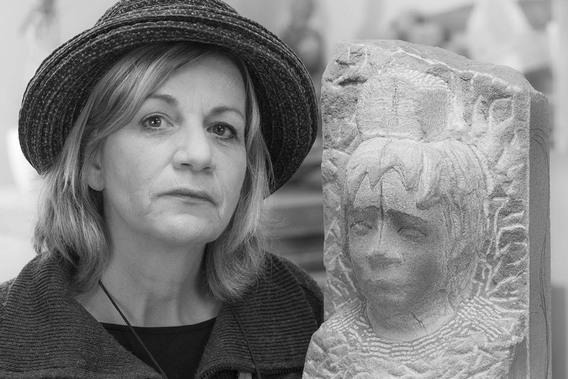 Maria Sowietzki in ihrer Bildhauerwerkstatt, 2015 - Portrait von Dietmar Simsheuser