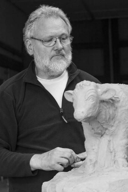 Titus Reinarz beim Modellieren in seiner Bildhauerwerkstatt, 2015 - Portrait von Dietmar Simsheuser